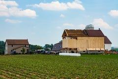Amish que constroem um celeiro foto de stock