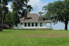 Amish skolahus på en kulle royaltyfria foton