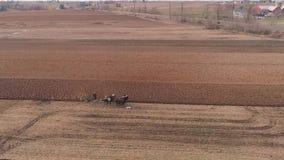 Amishbedrijfsmedewerker die het Gebied in de Vroege Lente draaien zoals die door een Hommel wordt gezien stock videobeelden