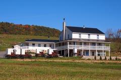 Amishhuis met Buggies stock foto's