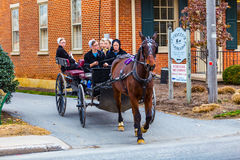 Amishvrouwen die in Lange Wagen in Betrekkingendorp berijden royalty-vrije stock foto's