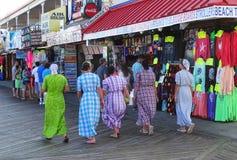 Amishvrouwen op de Promenade Stock Foto's