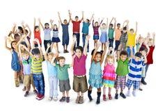 Amistad de la inocencia de la felicidad de los niños de la niñez de la diversidad concentrada Foto de archivo
