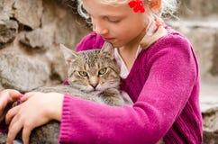 Amistad de la muchacha y del gato Imágenes de archivo libres de regalías