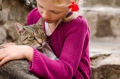 Amistad de la muchacha y del gato Imagen de archivo