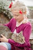 Amistad de la muchacha y del gato Fotos de archivo