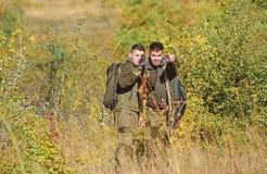 Amistad de los cazadores de los hombres Cazadores del hombre con el arma del rifle Boot Camp Moda del uniforme militar Fuerzas de imagen de archivo libre de regalías