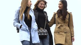 Amistad de ni?a Tres muchachas hermosas jovenes caminan alrededor de la ciudad Son feliz Las muchachas son felices de encontrarse almacen de metraje de vídeo