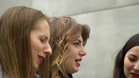 Amistad de ni?a Tres muchachas hermosas jovenes caminan alrededor de la ciudad Son feliz Las muchachas son felices de encontrarse almacen de video