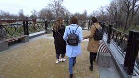 Amistad de ni?a Tres muchachas hermosas jovenes caminan alrededor de la ciudad Son feliz Las muchachas son felices de encontrarse metrajes
