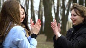 Amistad de ni?a Tres muchachas hermosas jovenes están caminando en el parque de la ciudad Son feliz Las muchachas son felices de  almacen de video