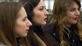 Amistad de ni?a Tres muchachas hermosas jovenes est?n caminando en el parque de la ciudad Son feliz Las muchachas son felices de  metrajes