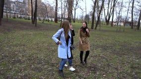 Amistad de ni?a Tres muchachas hermosas jovenes est?n caminando en el parque de la ciudad Son feliz Las muchachas son felices de  almacen de metraje de vídeo
