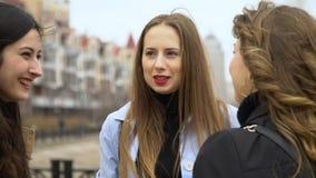 Amistad de ni?a Tres muchachas hermosas jovenes est?n charlando en la calle Son feliz Las muchachas son felices de encontrarse metrajes