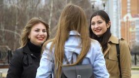 Amistad de ni?a Tres muchachas hermosas jovenes est?n charlando en la calle Son feliz Las muchachas son felices de encontrarse almacen de metraje de vídeo