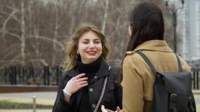 Amistad de ni?a Tres muchachas hermosas jovenes se encontraron y charlan en la calle Son feliz Las muchachas son felices de encon almacen de metraje de vídeo