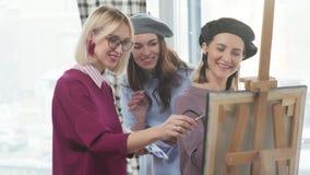 Amistad femenina Tres mujeres, diferentes en aspecto, comunican almacen de metraje de vídeo