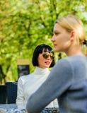 Amistad o rivalidad Comunicación emprendedora Los amigos de muchachas beben charla del café Conversación de la terraza del café d fotografía de archivo libre de regalías