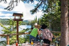 Amistad: Tres señoras en la excursión en el lago Imagen de archivo libre de regalías