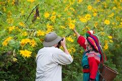Amistad turística del fotógrafo con la tribu local de la colina fotos de archivo