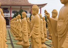 Amitabha Buddhastatyer i den buddistiska templet, Brasilien Royaltyfria Bilder