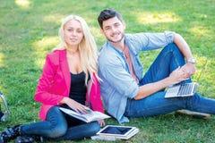 Amitié à l'université Les couples des amis d'étudiants tiennent a Photographie stock