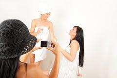 Amitié 3 filles drôles prenant des photos d'illustrations Photos libres de droits