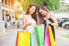 Amitié asiatique heureuse de femmes appréciant dépensant des paniers dedans Photographie stock libre de droits