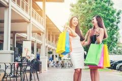 Amitié asiatique heureuse de femmes appréciant dépensant des paniers dedans Photographie stock