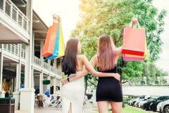 Amitié asiatique heureuse de femmes appréciant dépensant des paniers dedans Photo stock