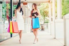 Amitié asiatique heureuse de femmes appréciant dépensant des paniers dedans Photo libre de droits