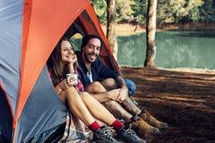 Amitié augmentant le concept d'envie de voyager de trekking de voyage Photographie stock libre de droits