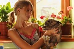 Amitié avec une photo de style de Pâques Bunny Vintage d'une belle jeune femme avec son lapin Images stock