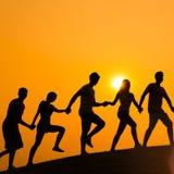 Amitié d'amies de personnes jouant le concept de marche espiègle Image libre de droits