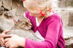 Amitié d'enfant et de chat Images libres de droits