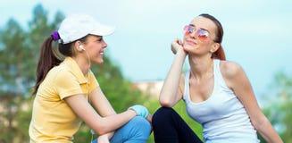 Amitié de amie de sourire dans l'habillement de sports Photo stock