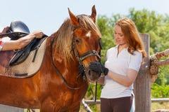 Amitié de beaux jeune femme et cheval de baie Photographie stock