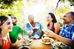 Amitié de diversité dinant traînant le concept de déjeuner Photo stock