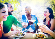 Amitié de diversité dinant traînant le concept de déjeuner Photos stock