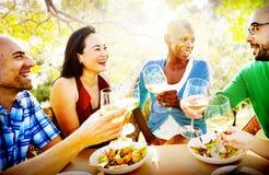 Amitié de diversité dinant traînant le concept de déjeuner Image stock