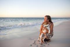 Amitié de femme et de crabot à l'océan Image stock