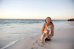 Amitié de femme et de crabot à l'océan Photo libre de droits