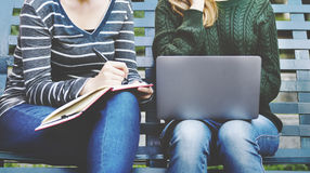 Amitié de femmes étudiant le concept de technologie de séance de réflexion Photographie stock libre de droits