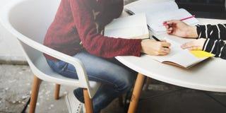 Amitié de femmes étudiant le concept de technologie de séance de réflexion Image libre de droits