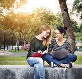 Amitié de femmes étudiant le concept de technologie de séance de réflexion Photos libres de droits