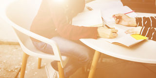 Amitié de femmes étudiant le concept de technologie de séance de réflexion Image stock