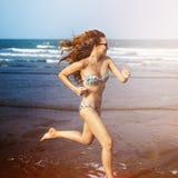 Amitié de femmes jouant le concept d'été de plage de volleyball Photos libres de droits