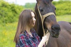 Amitié de fille et de cheval Photographie stock