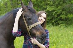 Amitié de fille et de cheval Photographie stock libre de droits