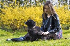 Amitié de fille et de chien Image libre de droits